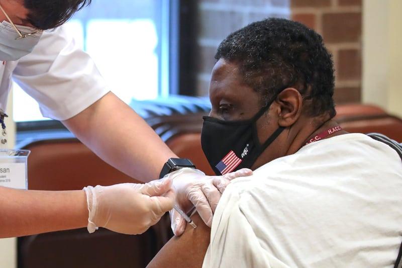 Un profesional de la salud de Walgreens administra una dosis de la vacuna Pfizer-BioNTec COVID-19 en Evanston, Illinois, el 22 de febrero de 2021 (CNS / Kamil Krzaczynski, Reuters).
