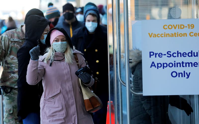 Las personas en la ciudad de Nueva York ingresan al Centro de Convenciones Jacob K. Javits el 2 de marzo de 2021 para recibir una vacuna COVID-19. (CNS / Mike Segar, Reuters)