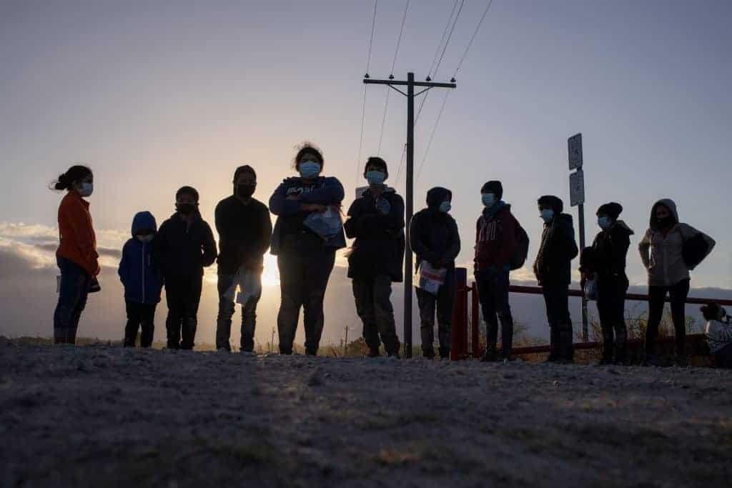 Menores no acompañados que buscan asilo en los EE. UU. Esperan transporte en Penitas, Texas, el 12 de marzo de 2021, después de cruzar el río Grande. (Foto del CNS / Adrees Latif, Reuters)
