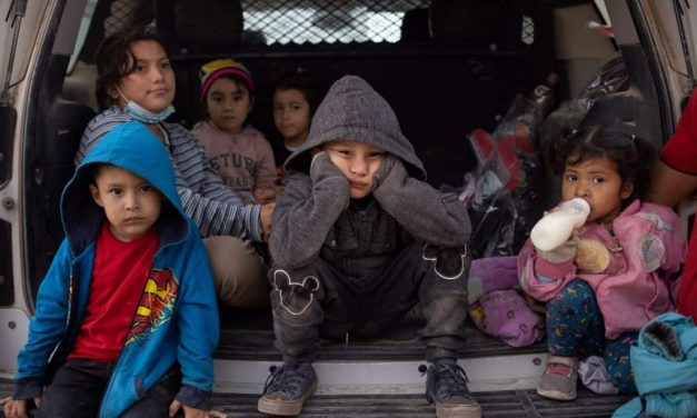Menores solos, pandemia y política se mezclan en la frontera