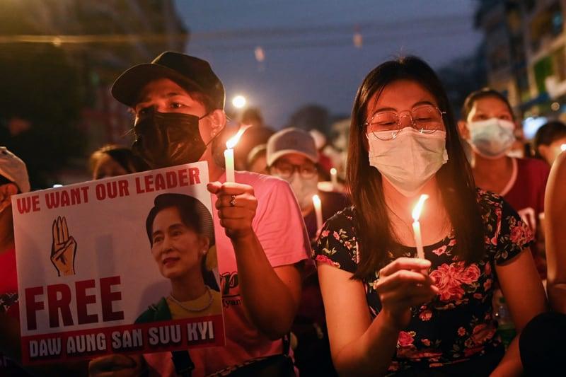 La gente sostiene velas mientras participa en una protesta nocturna contra el golpe de Estado en el cruce de Hledan en Yangon, Myanmar, el 14 de marzo de 2021. El 17 de marzo, el Papa Francisco hizo un llamamiento para el fin de la violencia y el inicio del diálogo en Myanmar, donde las fuerzas de seguridad han mató al menos a 138 personas. (Foto del CNS / Reuters)