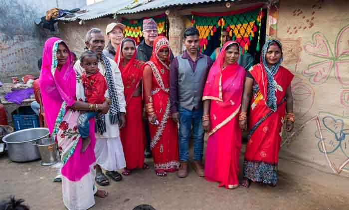 Celebración del matrimonio del administrador (centro, chaleco gris) en el centro residencial financiado por Maryknoll Dalit Welfare Organization Sewing Cutting Training for Disabled Persons en Gulariya, Nepal. (Gregg Brekke/Nepal)