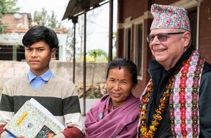 El Padre Joseph Thaler con un becario y su mamá durante una presentación para visitantes de los Padres y Hermanos Maryknoll de la escuela secundaria en Tratal, Bardiya District, Nepal. (Gregg Brekke/Nepal)