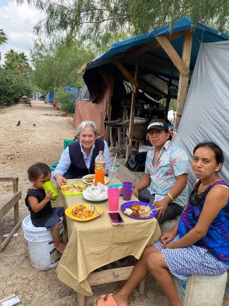 Tráfico:La hermana Norma Pimentel, directora ejecutiva de Caridades Católicas del Valle del Río Grande, centro, en una foto sin fecha, dice que siempre está deliberada sobre visitar a las familias y compartir una comida en sus viajes al campamento de migrantes en Matamoros, México, durante el COVID. -19 pandemia. (Foto del CNS / cortesía de la hermana Norma Pimentel)