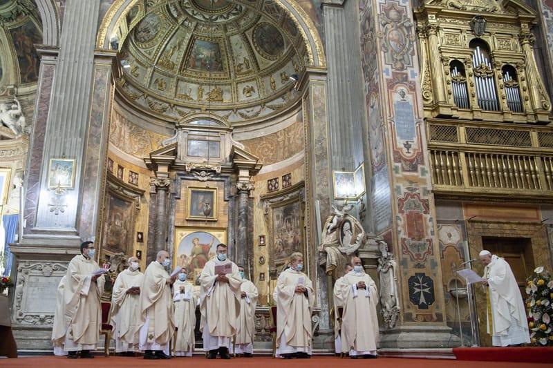 El Papa Francisco celebra el domingo la Misa por la Divina Misericordia en la Iglesia del Espíritu Santo cerca del Vaticano en Roma el 11 de abril de 2021. (CNS photo / Vatican Media)