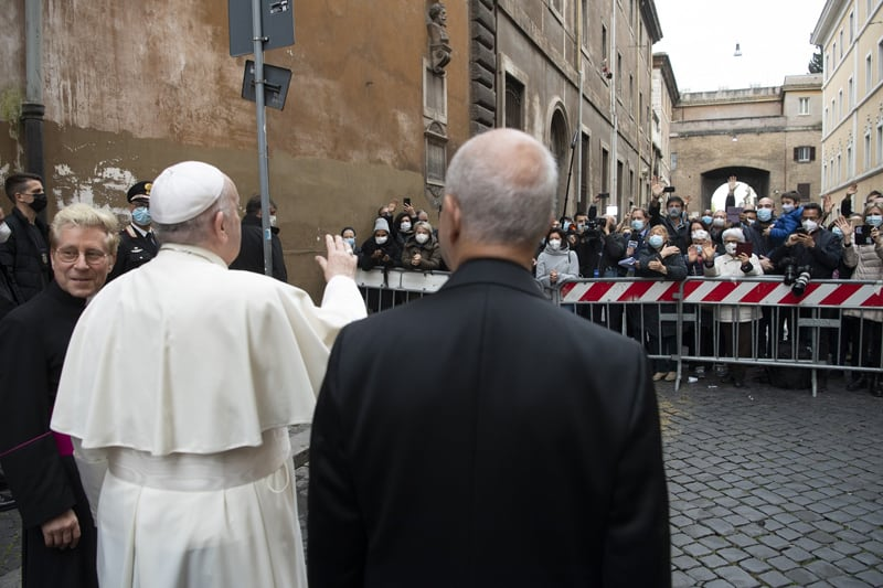 El Papa Francisco saluda a la gente después de celebrar la Misa del Domingo de la Divina Misericordia en la Iglesia del Espíritu Santo cerca del Vaticano en Roma el 11 de abril de 2021 (CNS photo / Vatican Media)