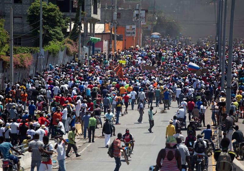 Los manifestantes marchan durante una protesta contra el gobierno del presidente haitiano Jovenel MoÔse en Puerto Príncipe el 28 de marzo de 2021. Haití es uno de los países más pobres del mundo. (Foto del CNS / Estailove ST-Val, Reuters)