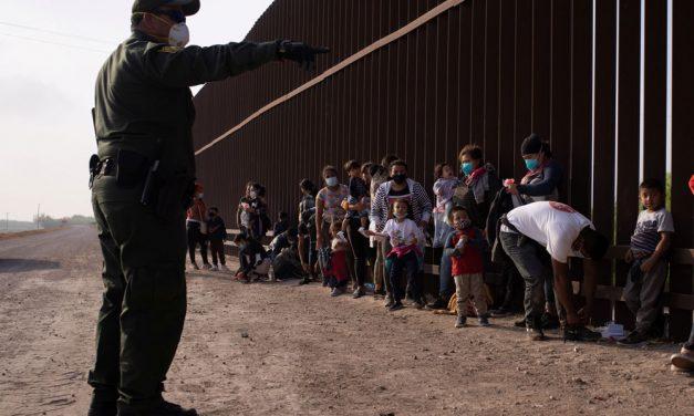 Informe muestra alta propagación de COVID-19 entre inmigrantes detenidos