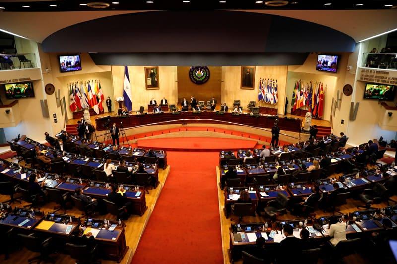 Representantes en el congreso salvadoreño participan en una sesión para discutir la destitución de jueces de la corte constitucional en San Salvador, El Salvador, 1 de mayo de 2021. (Foto CNS / José Cabezas, Reuters)