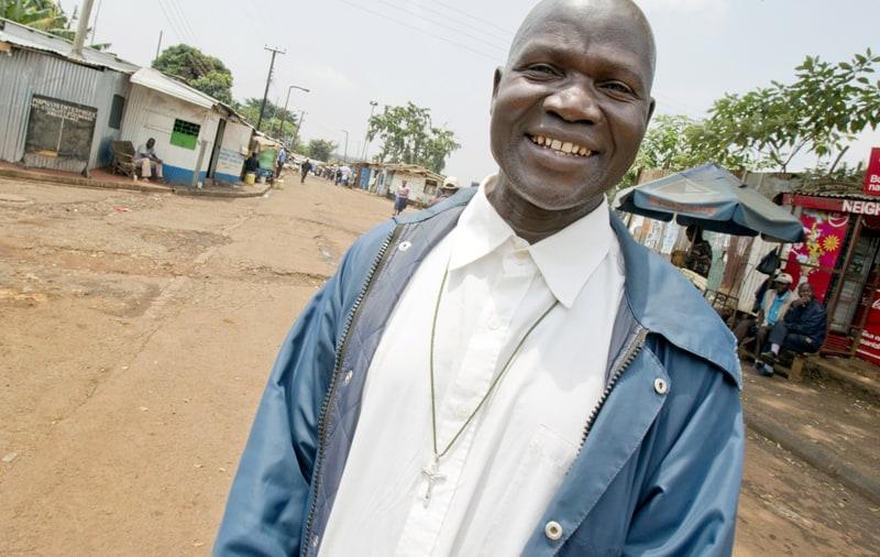 """Michael Ouma, un catequista católico laico que sirve en el barrio pobre de Kibera en Nairobi, Kenia, aparece en esta foto de archivo del 16 de febrero de 2011. En un documento publicado el 11 de mayo de 2021, el Papa Francisco instituyó el """"ministerio de catequista"""". (Foto del CNS / Nancy Wiechec)"""