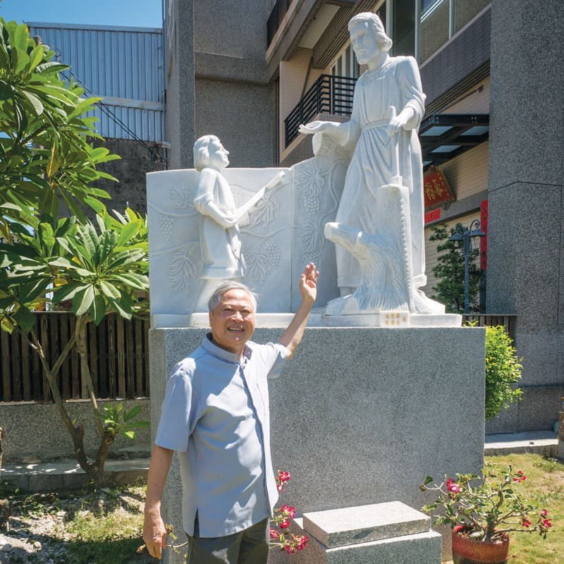 El padre Nguyen muestra una estatua de San José ayudando a Jesús, una de muchas estatuas en el terreno de la Iglesia St. Joseph the Worker. (Cortesía de Nhuan Nguyen/Taiwán)