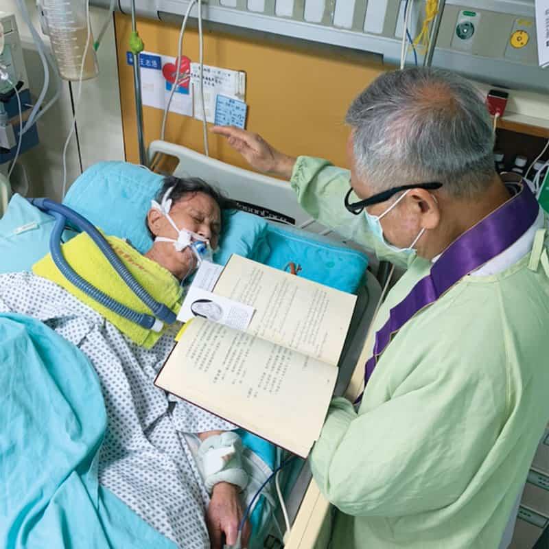 El padre Nguyen visita a la madre, de 96 años, de un feligrés de Taichung. Visitar a los enfermos y ancianos en hospitales o hogares es parte del ministerio del misionero. (Cortesía de Nhuan Nguyen/Taiwán)