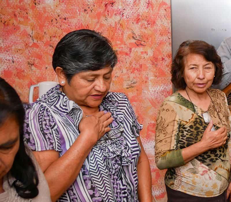María Terrazas reza durante una reunión de la Pequeña Comunidad Cristiana en la casa del Padre Paul Masson. (Nile Sprague / Bolivia)