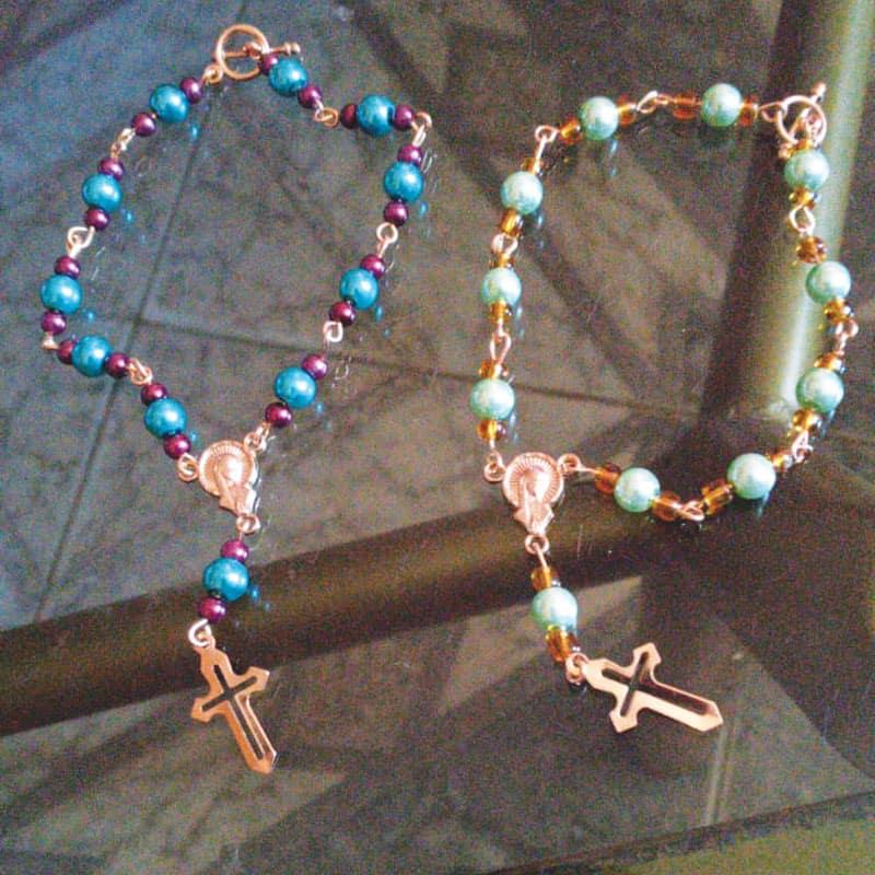 Además de hacer los rosarios, los participantes de las comunidades cristianas hicieron denarios. (Rossy Bedoya/Bolivia)