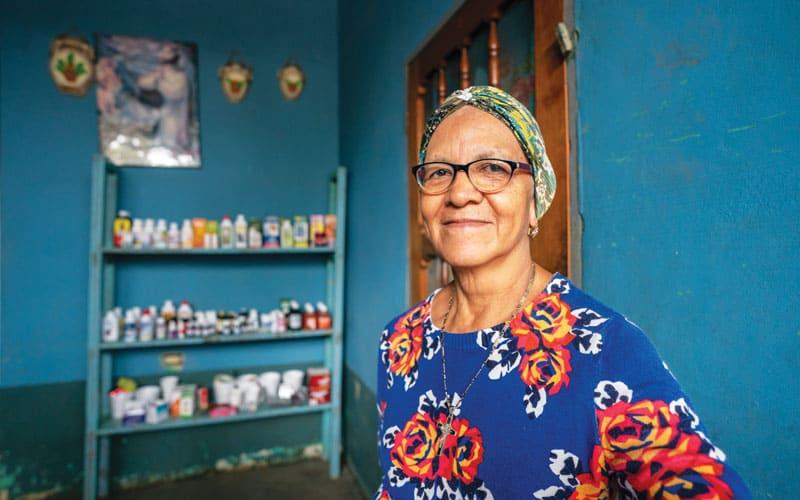 Angelina Enamorado se encuentra en su casa, que también sirve como clínica médica y tienda de abarrotes en el barrio Chamelecón en San Pedro Sula, Honduras. (Gregg Brekke/Honduras)