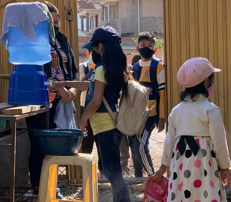 Tutoría escolar en medio de la pandemia: Educadora guía a los estudiantes en una celebración del Día de los Muertos para recordar a uno de los primeros misioneros que sirvieron en este programa, el Padre Maryknoll Frank Higdon. (Matthew Sim/Bolivia)