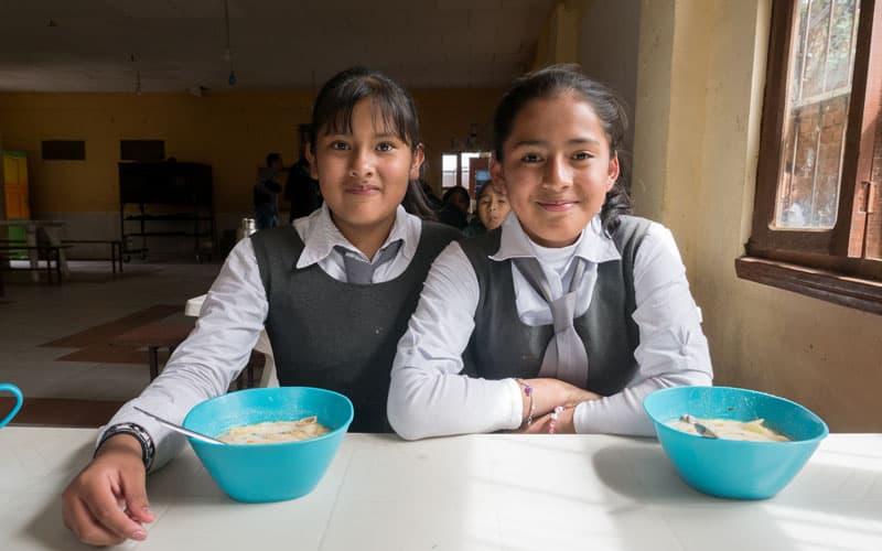 Dos estudiantes de una escuela local están entre las personas que iban al programa de tutoría escolar en Nueva Veracruz antes de la pademia. (Nile Sprague/Bolivia)