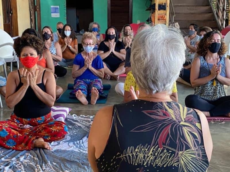 Relatos Verano 2021: Mujeres en Brazil hacen yoga durante un retiro con Kathy Bond, una misionera laica Maryknoll. (Kathy Bond/Brasil)