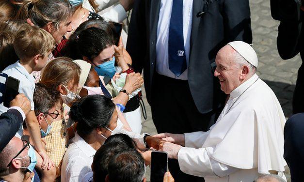 En la cruz y hoy, Jesús ora por todos, dice el papa