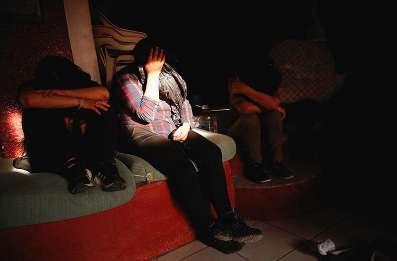 agenda de Harris: Migrantes de Centroamérica son vistos dentro de una casa en Ciudad Juárez, México, el 9 de junio de 2021, luego de ser rescatados por la policía de los traficantes de personas. Los medios locales informaron que 140 migrantes fueron retenidos contra su voluntad dentro de una casa. (Foto del CNS / José Luis González, Reuters)