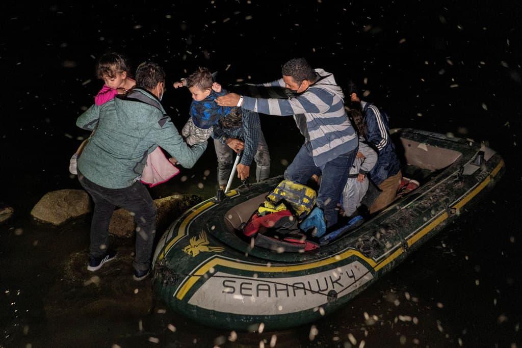Obispos participan en reunión de emergencia sobre inmigración: Familias solicitantes de asilo en Roma, Texas, desembarcan en una balsa inflable el 4 de mayo de 2021, después de cruzar el Río Grande desde México. (Foto CNS / Go Nakamura, Reuters)