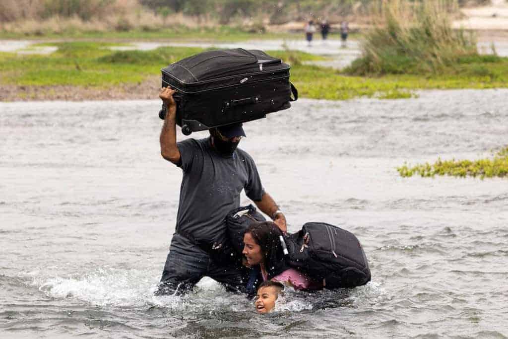 Obispos participan en reunión de emergencia sobre inmigración-Migrantes de Venezuela que buscan asilo en Estados Unidos cruzan el río Bravo hacia Del Rio, Texas, el 10 de mayo de 2021 (CNS / James Breeden, Reuters)