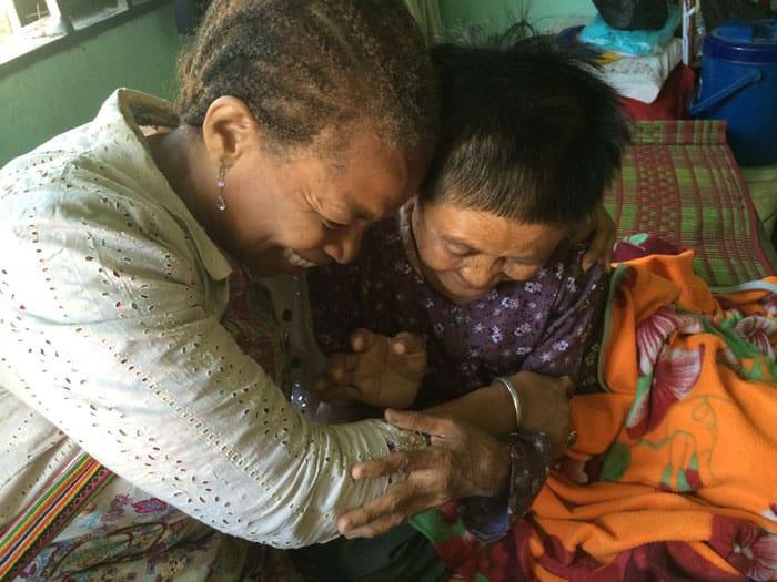 """La misionera laica  Maryknoll, Dee Dungy, aparece en una foto del 21 de enero de 2015 abrazando a una anciana en un área de reasentamiento de desalojo forzado en las afueras de Phnom Penh, Camboya. El Papa Francisco quiso que el 25 de julio se inaugurara la primera Jornada Mundial de los Abuelos y Ancianos, mientras el mundo busca recuperarse de una pandemia mortal, pidiendo que los fieles sean """"ángeles"""", que cuiden, consuelen y acaricien. (CNS / Sam Stanton, cortesía de Maryknoll)"""