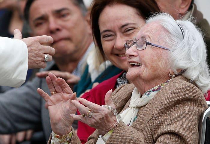 """Una anciana reacciona cuando se encuentra con el Papa Francisco durante su audiencia general en la Plaza de San Pedro en el Vaticano en esta foto de archivo del 22 de marzo de 2017. El Papa Francisco quiso que el 25 de julio se inaugurara la primera Jornada Mundial de los Abuelos y Ancianos, mientras el mundo busca recuperarse de una pandemia mortal, pidiendo que los fieles sean """"ángeles"""", que cuiden, consuelen y acaricien. (CNS / Paul Haring)"""