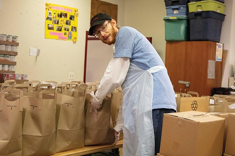 Antes de iniciar su OTP en Bolivia, el candidato a hermano Maryknoll, Paul Schultz, ofreció servicio voluntario una vez por semana en la despensa de alimentos de St. James en Chicago. (Octavio Durán/Chicago)