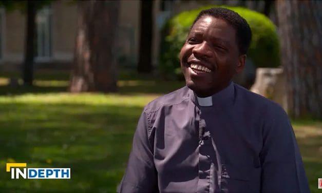 De niño soldado a sacerdote católico: Ahora vive para llevar esperanza a quien no la tiene