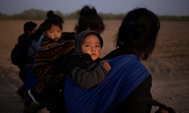 Juez federal bloquea orden de Texas de detener el transporte de migrantes