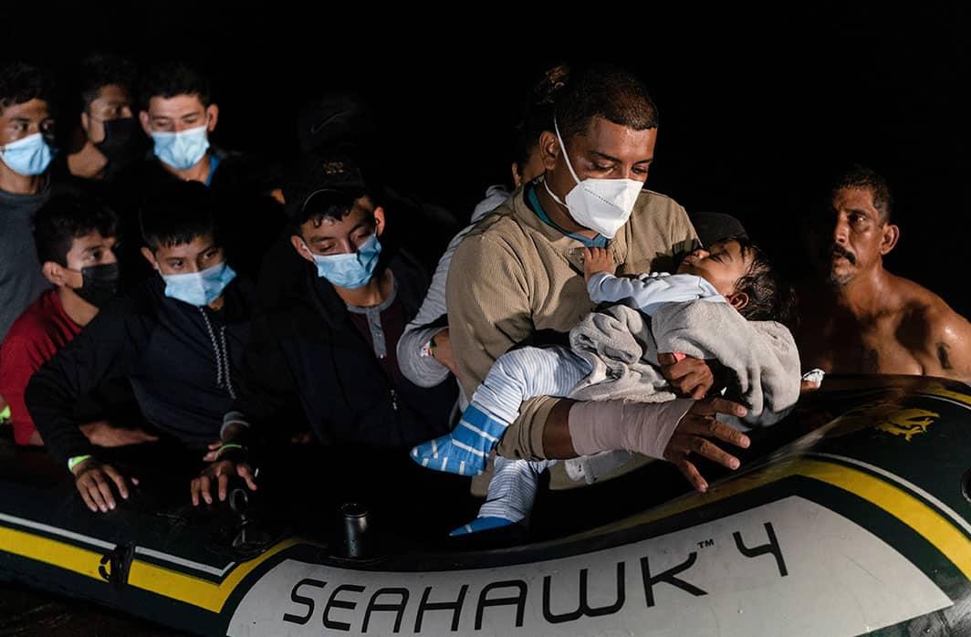 Las familias migrantes llegan a Roma, Texas, el 14 de agosto de 2021, luego de cruzar el Río Bravo desde México en medio de la pandemia de coronavirus. (Foto del SNC / Go Nakamura, Reuters)