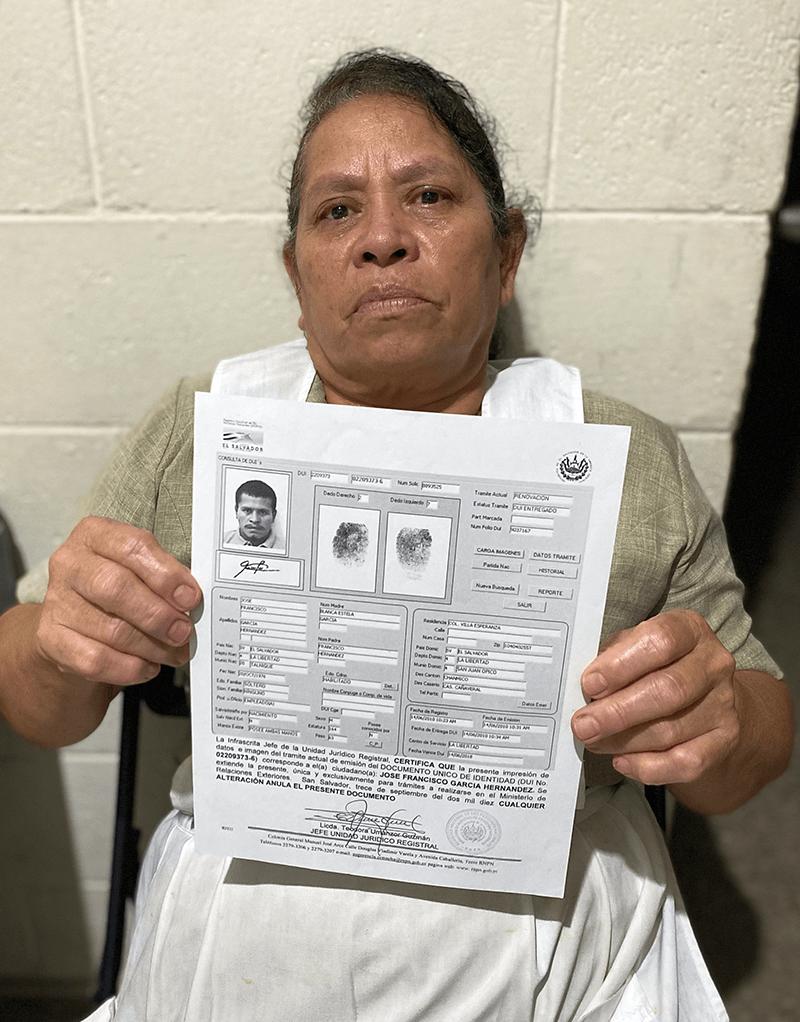 Once años tras una masacre de migrantes, una madre recuerda a su hijo: Blanca Estela García sostiene una foto de su hijo mientras cuenta la historia de cómo fue asesinado a manos de un cartel de droga mexicano el 24 de agosto de 2010. Foto tomada el 4 de agosto de 2021 en San Salvador, El Salvador. (Foto del SNC / Rhina Guidos)