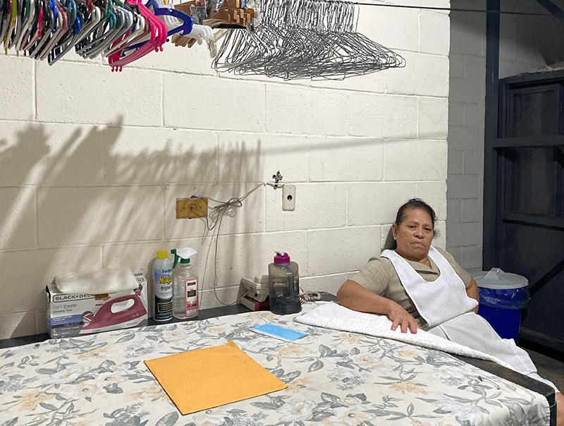Once años tras una masacre de migrantes, una madre recuerda a su hijo: Blanca Estela García mira un sobre que contiene la documentación de cómo su hijo fue asesinado a manos de un cartel de la droga mexicano el 24 de agosto de 2010 mientras cuenta de la masacre de San Fernando el 4 de agosto de 2021 en San Salvador, El Salvador. José Francisco García, de 34 años, había sido deportado de Estados Unidos unos meses antes pero iba en rumbo al norte nuevamente cuando se encontró en el grupo de 72 migrantes asesinados por Los Zetas. (Foto CNS/Rhina Guidos)