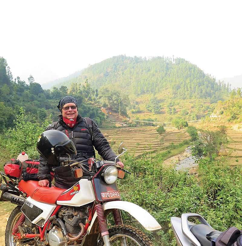 El padre Thaler recorre los caminos de Nepal en su motocicleta Honda XL 185, la cual ha cuidado por 30 años. (Cortesía de Joseph Thaler/Nepal)