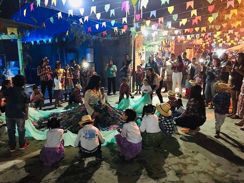 Durán rodeada de niños en medio del baile de la falda (dança da Saia) en la comunidad de Haití, durante el festival de junio (Festa Junina), que celebra la Fiesta de San Juan Bautista.(Oscar Britez/Brasil)