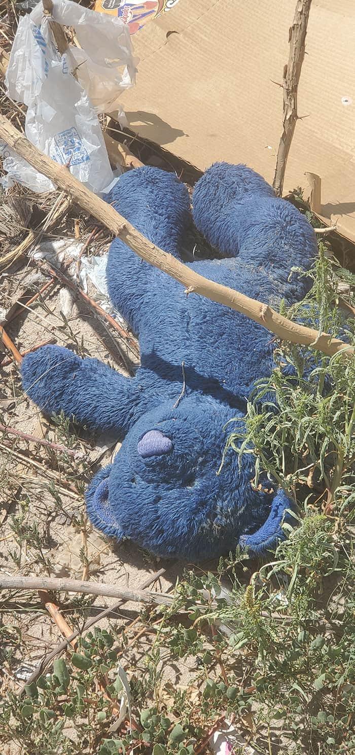 MPP programa-El juguete de un niño yace abandonado al pie del muro fronterizo en la frontera entre Estados Unidos y México en El Paso, Texas-Ciudad Juárez, Chihuahua. A menudo, los niños migrantes deben dejar atrás el juguete con el que viajaron cuando intentan cruzar la frontera. (Tammi Murray/México)