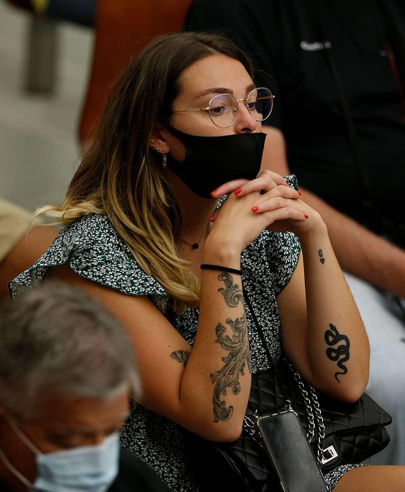 Una mujer con tatuajes en los brazos asiste a la audiencia general del Papa Francisco en la sala Pablo VI en el Vaticano el 8 de septiembre de 2021 (foto del CNS / Paul Haring).