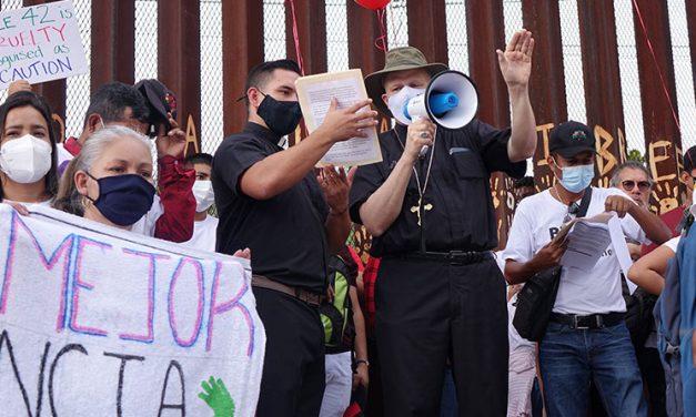 Migrantes, defensores se reúnen en la frontera pidiendo rescate de asilo