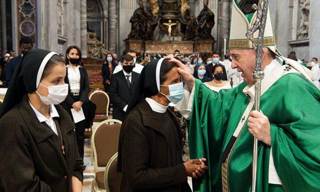 El Papa saluda en el Vaticano a religiosa liberada tras casi cinco años de secuestro
